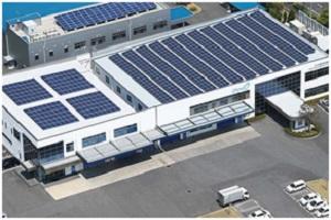 屋上にソーラーパネルを設えたオウミ技研の社屋