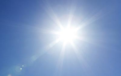 青空に輝く太陽